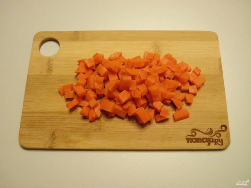Часть моркови оставьте для украшения (ведро, пуговички и руки), остальную порежьте кубиками.