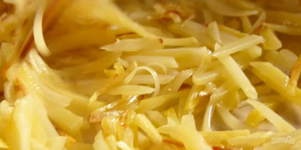 1. Картофель, морковь и свеклу очистите от кожуры. Картофель нарежьте очень тонкой соломкой и обжарьте на растительном масле до готовности. Не мешайте часто, достаточно дважды перевернуть.