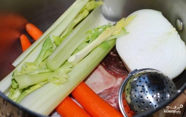 1. Мясо вымойте и выложите в кастрюлю. Я предпочитаю варить бульон с добавлением овощей, чтобы он был еще вкуснее. Выложите очищенные овощи, а также специи: кориандр, сушеные травы, душистый перец, соль. Залейте чистой водой и варите на среднем огне до готовности мяса.