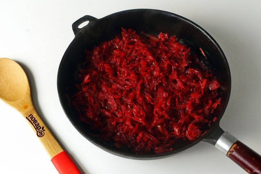 Когда все овощи станут мягкие, добавьте томатную пасту, специи и сахар. Готовьте еще 2-3 минуты, после чего добавьте содержимое сковороды в кастрюлю к остальным ингредиентам.
