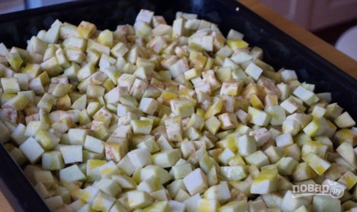 1.Вымойте баклажаны, очистите их от кожуры и нарежьте кубиками. Выложите их на противень, политый подсолнечным маслом, сверху их также полейте маслом. Запекайте в разогретом до 180 градусов духовом шкафу 60 минут.