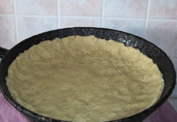 Форму смажьте масло, выкладываем тесто, делаем бортики.