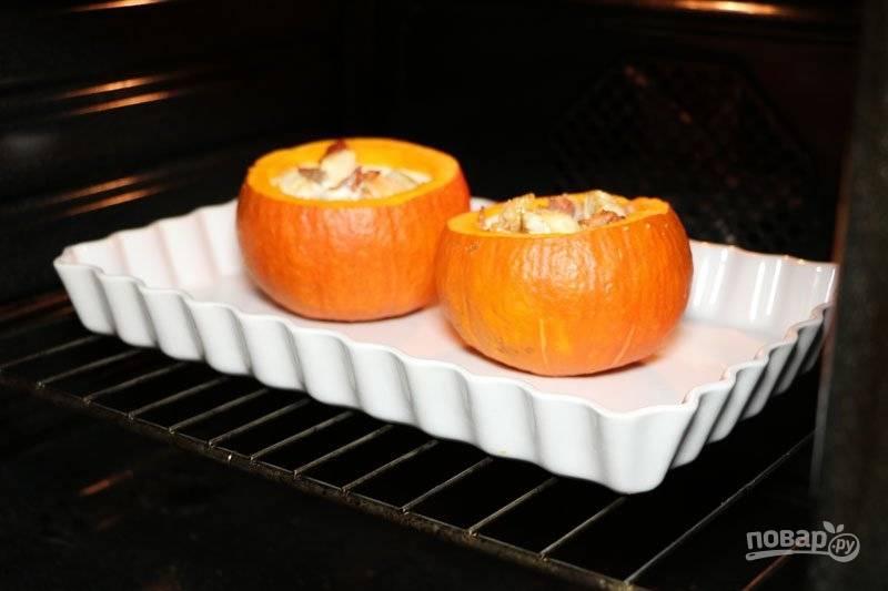 Отправьте тыквы в разогретую до 180 градусов духовку на 40 минут. Тыква с мясом готова. Приятного аппетита!