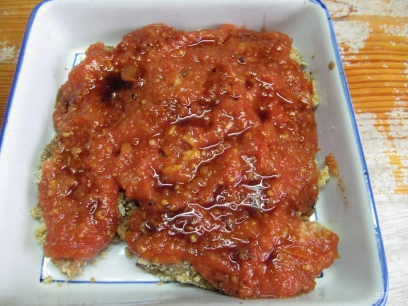 Оставшийся маринад из соевого соуса смешайте с соусом маринара. Через 20 минут выньте курицу из духовки и смажьте соусом.