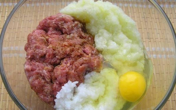 Можно использовать готовый фарш или приготовить самой. У меня был кусочек говядины и кусочек свинины (прокрутить через мясорубку), добавить пару ломтиков булочки, вымоченных в молоке. Пекинскую капусту (можно заменить на белокочанную) и лук измельчить блендером или также через мясорубку. Разбить в фарш 1 яйцо, добавить рис, соль, специи, все тщательно перемешать.