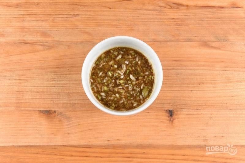 """5. Приготовьте соус. Смешайте воду, кунжутное масло, имбирь, чеснок, лук и """"Теряки""""."""