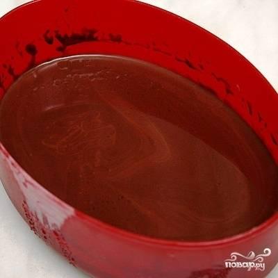 В горячий шоколад добавляем немного коньяка, перемешиваем.