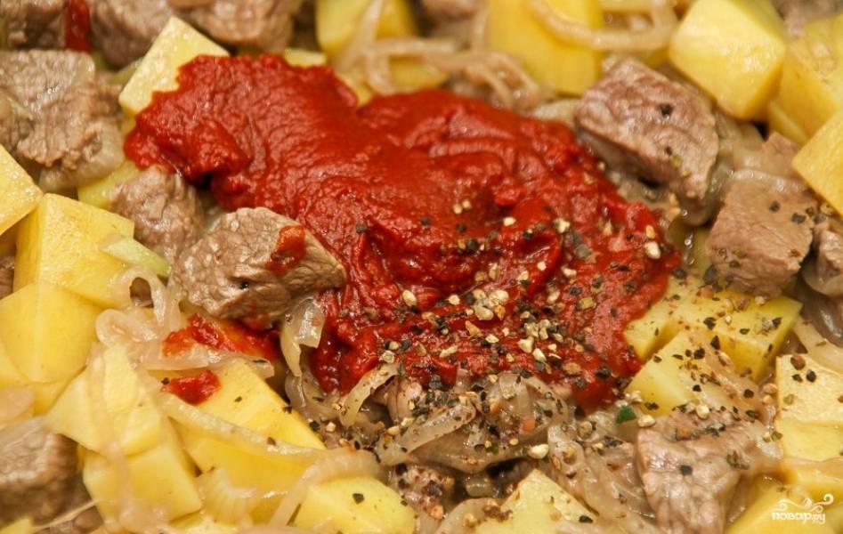Затем добавьте на сковороду томатную пасту, соль и смесь перцев. Перемешайте и готовьте ещё 2 минуты.