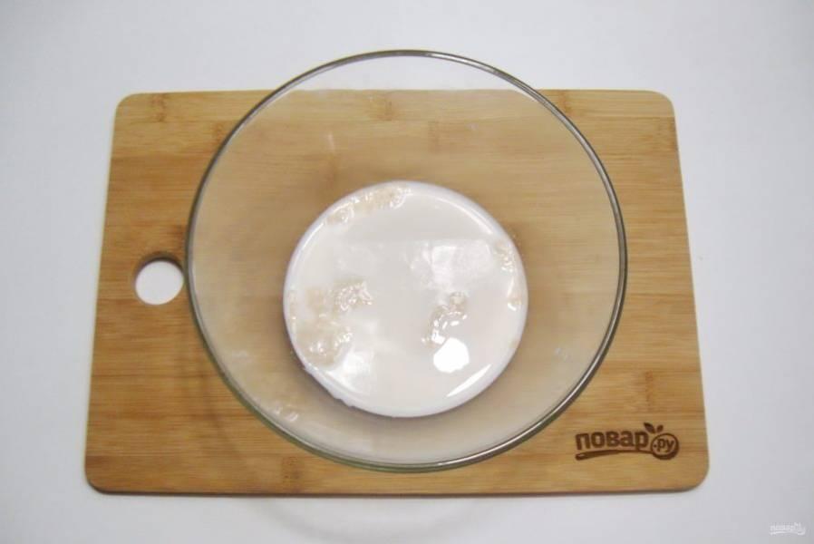 Приготовьте тесто для пирога. В миску налейте теплую воду с молоком. Добавьте сахар и дрожжи. Хорошо перемешайте.