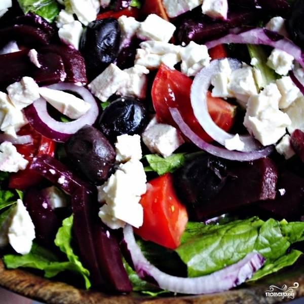 Собственно, греческий салат можно заправлять. Хранить заправку нужно в холодильнике.