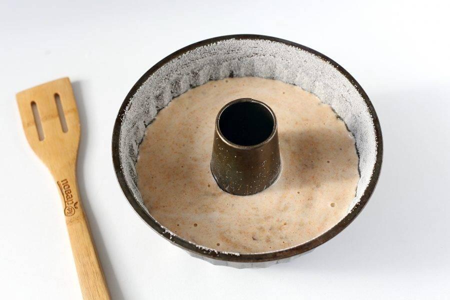 Форму для запекания смажьте маслом. Дно и бока посыпьте мукой или манкой. Перелейте готовое тесто и выпекайте кекс в духовке при температуре 180 градусов около 40 минут.