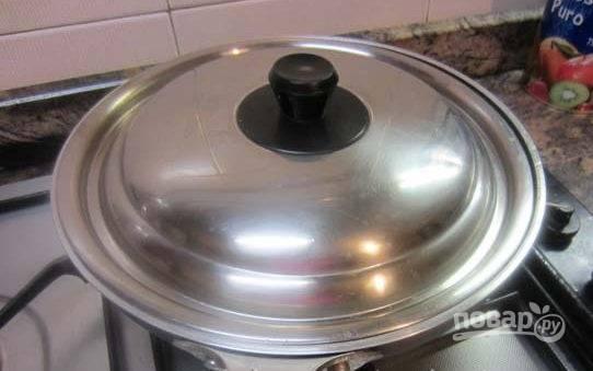 Затем накройте сковороду крышкой.
