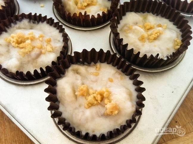 3. Разложите получившуюся массу по небольшим формочкам. Сверху добавьте ещё орехов, если хотите.