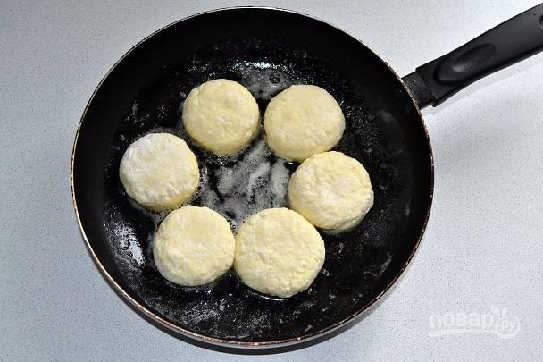 На сковороде разогреваем масло и выкладываем сырнички.