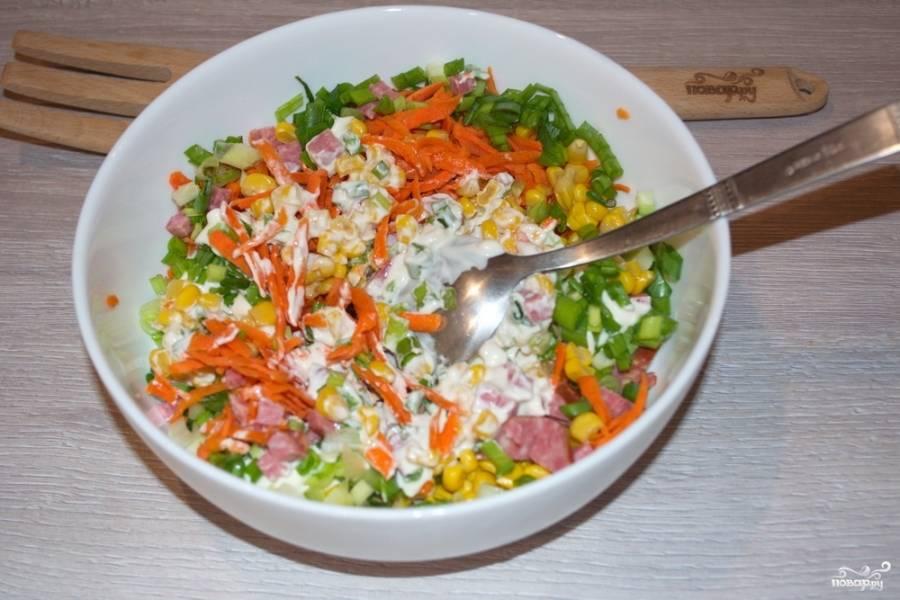Все компоненты салата складываем в миску. Нарезаем зелень. Заправляем заправкой и подаем к столу.