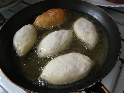 6. На сковороде очень хорошо раскалить масло. Также этот рецепт приготовления пирожков на молоке без дрожжей можно использовать для духовки. Выложить пирожки в горячее масло и жарить с двух сторон до румяности.