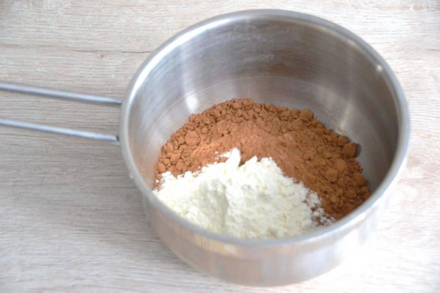 Отдельно смешайте 50 грамм какао-порошка, 2 ст. ложки муки.