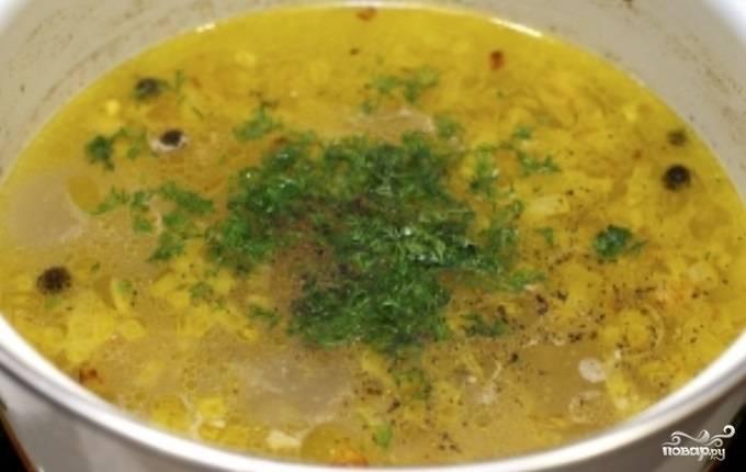 7. Когда рис сварится, отправить в кастрюлю овощи и варить около 3 минут. Добавить свежую зелень, снять с огня и накрыть крышкой. Дать ему постоять 2-3 минуты. Рисовый суп с мясом в домашних условиях готов и его можно подавать к столу. К нему можно приготовить домашние сухарики.