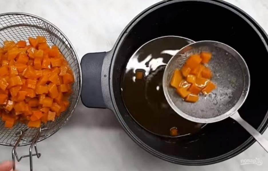 3.  Когда тыква остынет, выньте ее из сиропа и кипятите сироп без тыквы в течение 5-7 минут. Снова добавьте тыкву в сироп, дайте массе остыть. Повторите процедуру: выньте тыкву и проварите сироп.
