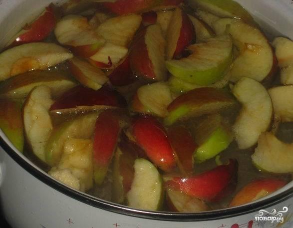 Заливаем в кастрюлю воду. Закладываем нарезанные яблоки и заливаем их водой. Если вы хотите сделать больше или меньше компота, то рассчитывайте пропорцию равномерно. Когда яблоки вскипят вместе с водой, убавляем газ. Варим компот полчаса, добавив сахар за 15 минут до готовности.
