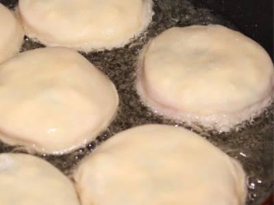 7. Жарить пирожки с обеих сторон до румяного цвета на раскаленной сковороде с большим количеством растительного масла.