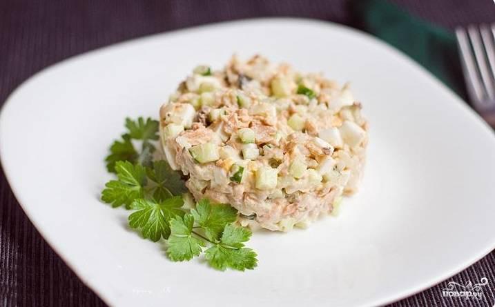 Вкуснейший салатик из консервированной горбуши готов! Подаем его к любому столу. Блюдо приятно разукрасит привычное меню. Хорошего аппетита!