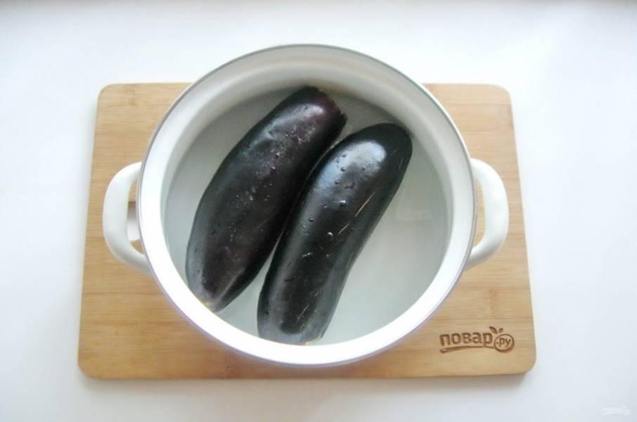 Выложите баклажаны в кастрюлю и залейте рассолом из расчета на 1 литр воды 1 столовая ложка крупной соли.