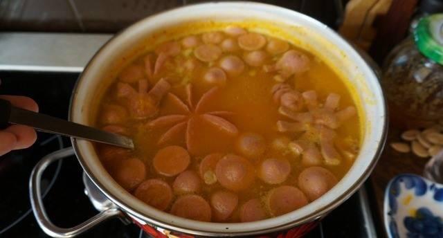6. Суп-пюре еще раз доводим до кипения, украшаем кусочками сосисок, и сразу же подаем к столу!