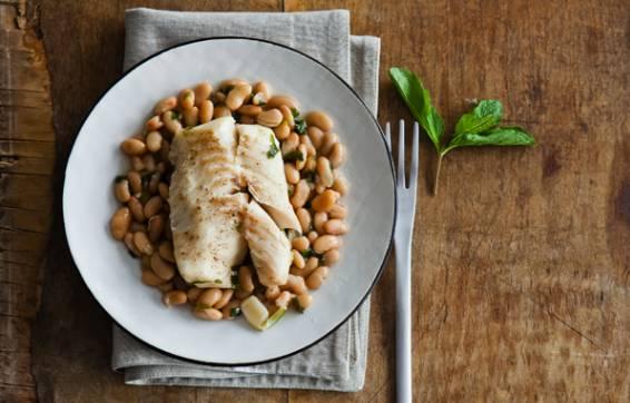 К готовой рыбе добавляем листики мяты. Приятного аппетита!