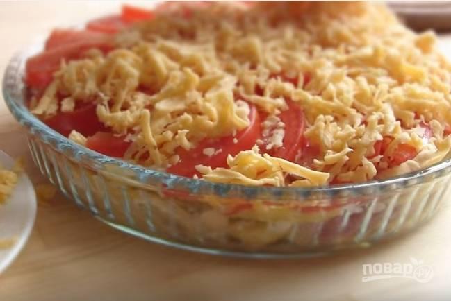 6. Форму смажьте оливковым маслом. Выкладывайте слоями картофель, мясо, лук и майонез. Чередуйте слои, а сверху выложите помидоры и присыпьте тертым сыром.