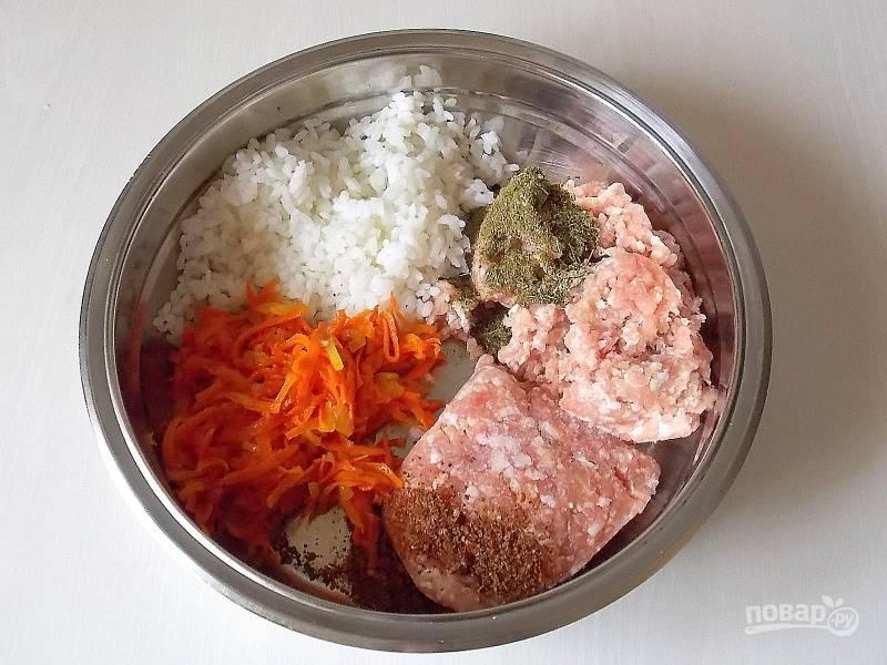 Соедините вместе фарш, рис, половину зажарки, аджику, зелень, соль и перец. Перемешайте.
