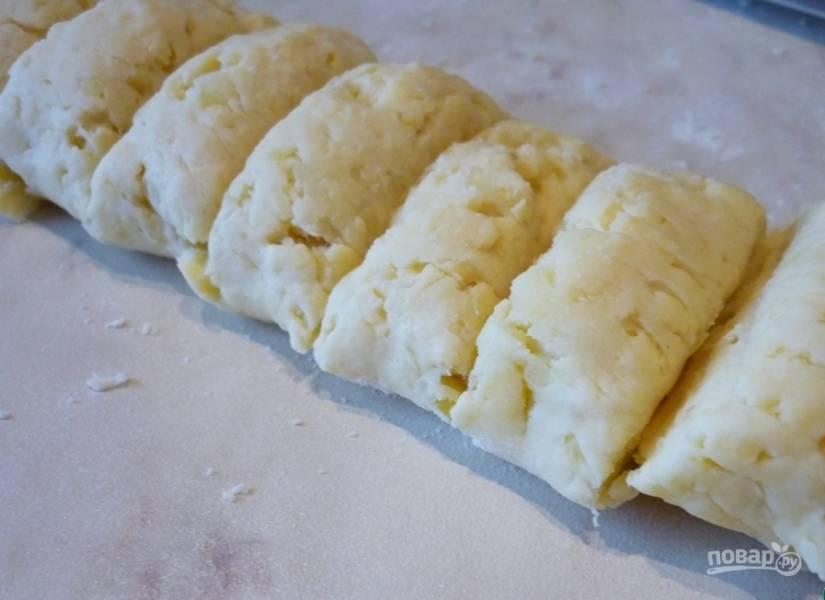 Заранее отварите картофель. Почистите его и остудите. Затем натрите овощ на крупной тёрке вместе с сыром. Добавьте муку, мягкое масло и желток. Замешайте тесто. Оставьте его на 30 минут в холодильнике.