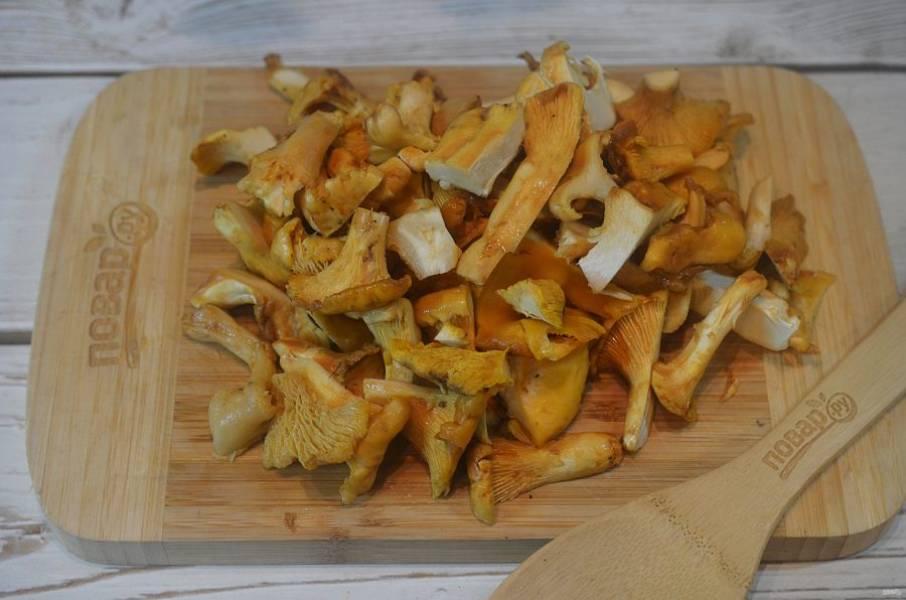 2. Крупные грибы разрежьте, мелкие оставьте целыми.