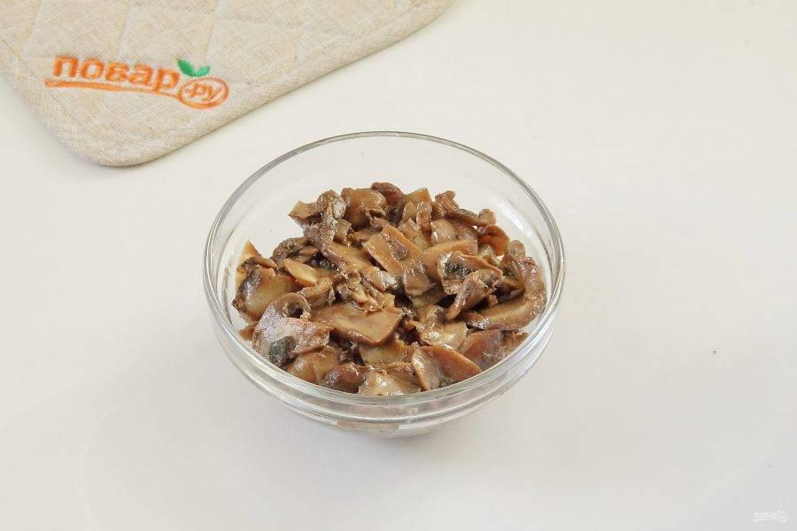 Грибы обжарьте до испарения жидкости. Грибы можно взять любые, причем подойдут как свежие, так и маринованные.