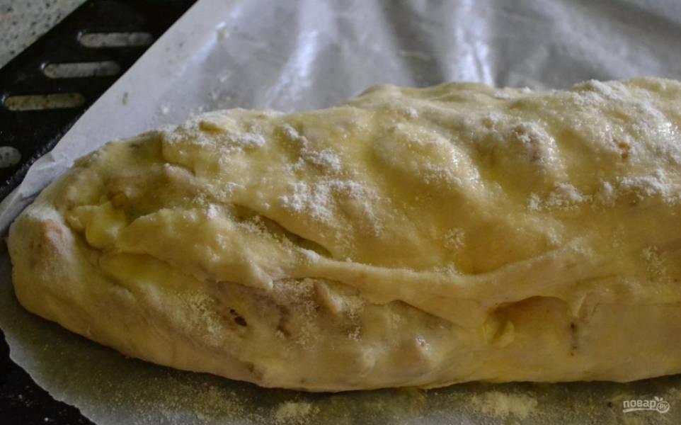 10.Противень застилаю пергаментом, выкладываю на него штрудель, смазываю сверху сливочным маслом и посыпаю сахарной пудрой.