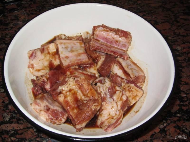 3. Заливаем соусом мясо и оставляем его мариноваться на 1 час.