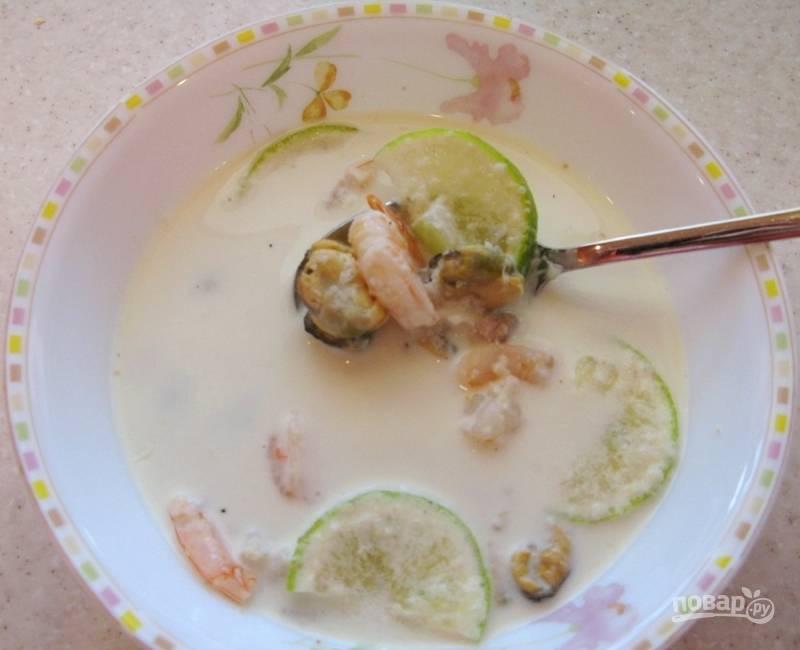 В конце суп посолите и поперчите. В порции добавьте кусочки лайма. Приятного аппетита!
