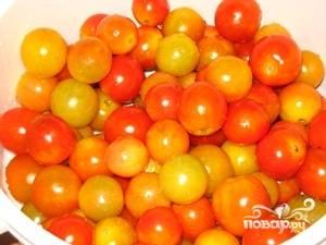 Отобрать, помыть помидоры засолочных сортов.