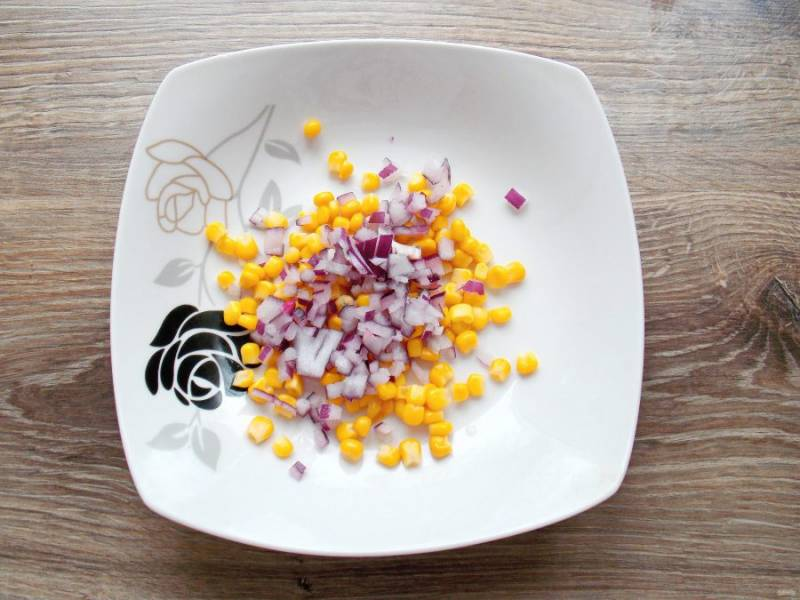 Красный лук очистите, мелко нарежьте, добавьте салатник.