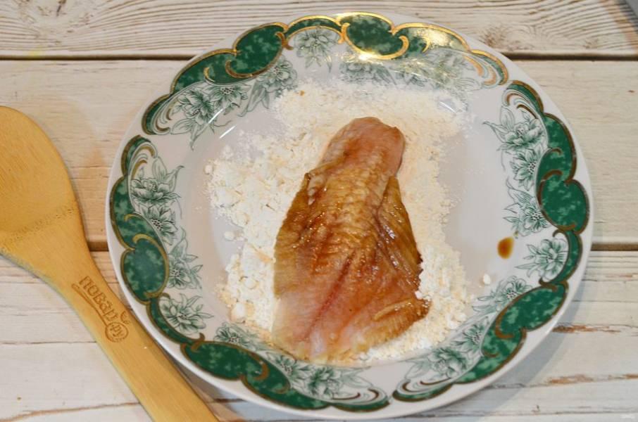 5. Хорошо обваляйте рыбу в подсоленной муке и обжарьте на сковороде с добавлением масла до готовности.