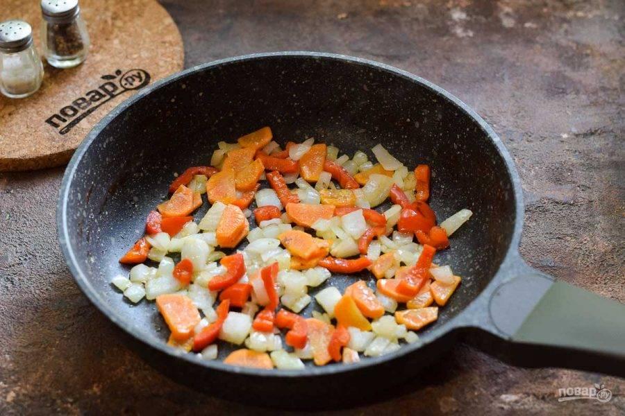В сковороде разогрейте масло и выложите овощи, жарьте 4 минуты, помешивая.