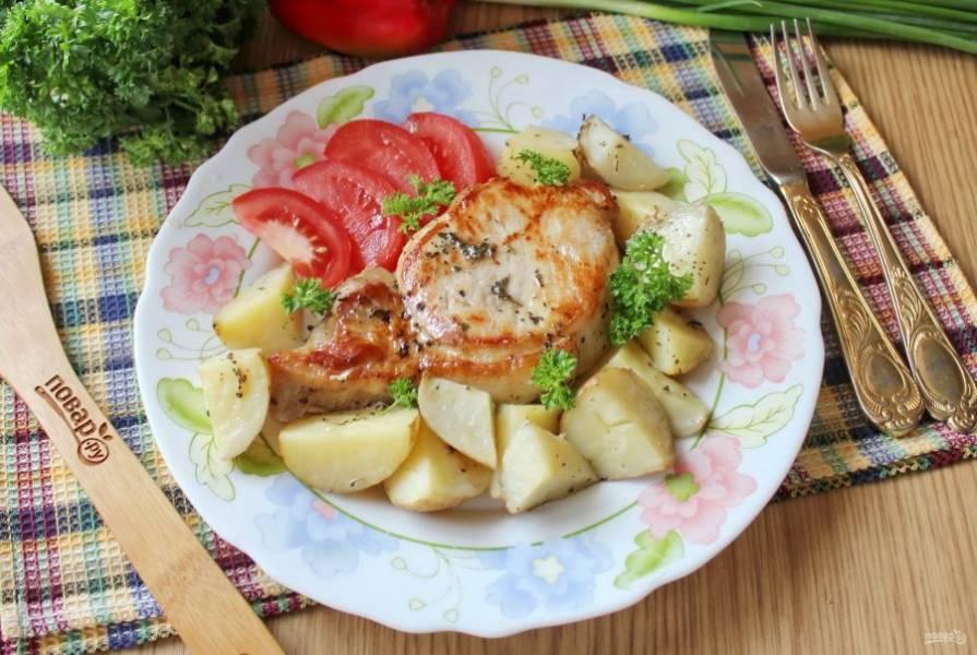 Свиная корейка с картошкой в духовке готова. Можно подавать к столу.