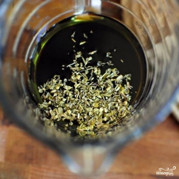 Смешиваем оливковое масло, бальзамический уксус и орегано.