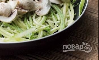 3. Обжарим теперь на масле цукини и грибы в соевом соусе вместе с кунжутом и специями.