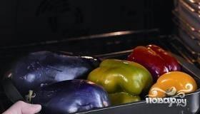 Подготавливаем овощи для салата. Кладём баклажан и перец в духовку, которая разогрета до самой высокой температуры. Время от времени переворачиваем. Овощи готовы, когда кожица будет слегка обуглена.