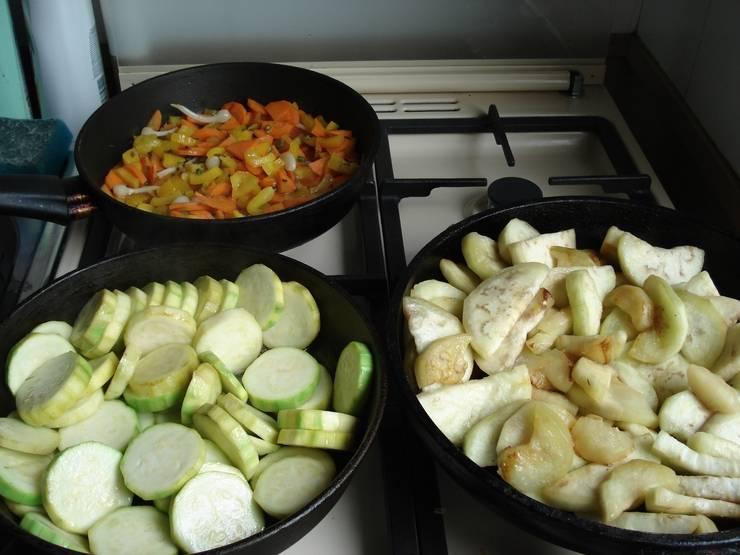 Овощи пожарьте на разных сковородках: кабачки, баклажаны, морковь с перцем и чесноком.