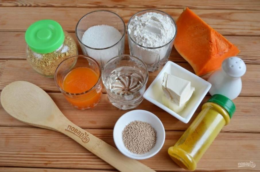 1. Подготовьте необходимые продукты. Очистите тыкву от кожуры и внутреннего волокнистого края. Взвесьте 100 г.
