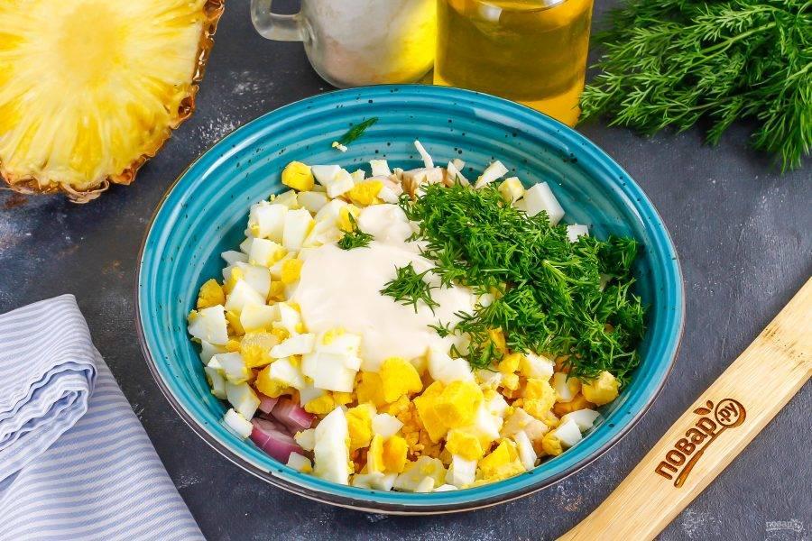 Промойте свежий укроп и измельчите, добавьте к продуктам в емкость вместе с майонезом любой жирности и солью.