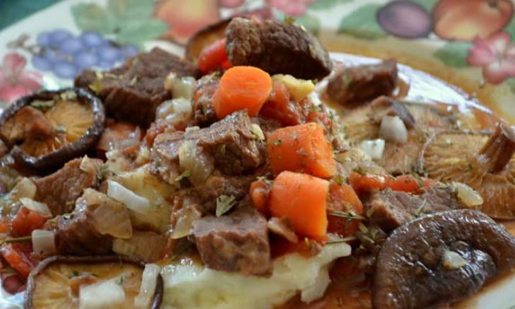 Подаем говядину к столу, предварительно перемешав ее с луком, морковью, грибами и винным соусом со сковороды. Приятного аппетита!
