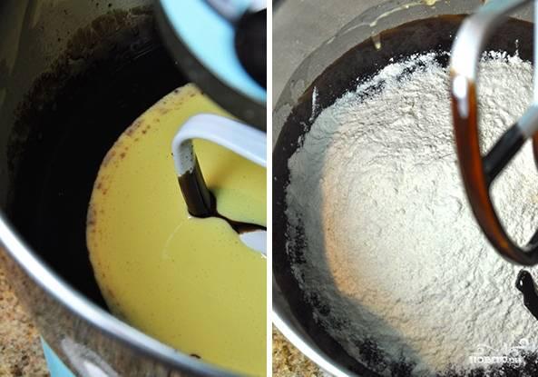 Потом добавьте яичную смесь и взбейте. Затем — муку и снова все перемешайте до однородности.